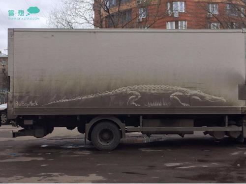 創作無界限!! 鋪滿灰塵的車身化成美麗的圖畫