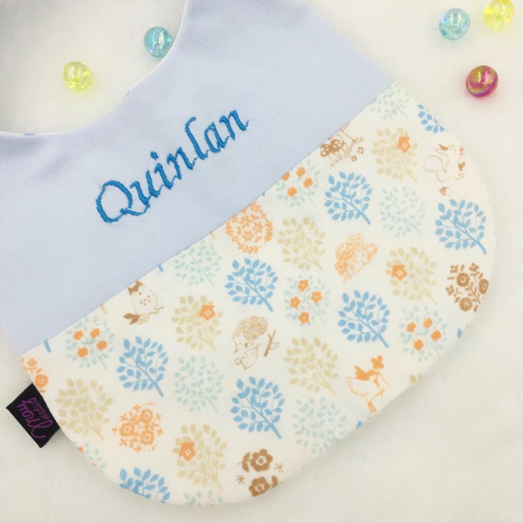「伴兒」刺繡名字動物園口水肩/圍兜 彌月禮物-藍色純棉布配藍色系森林二重紗