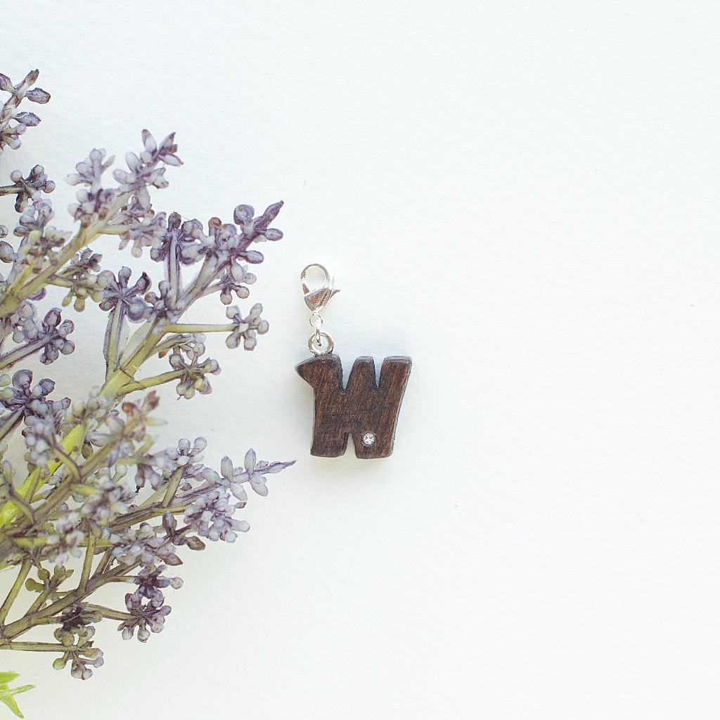 【Honeywood】手工木製吊飾 》》英文字母@W。吊飾 禮物訂製