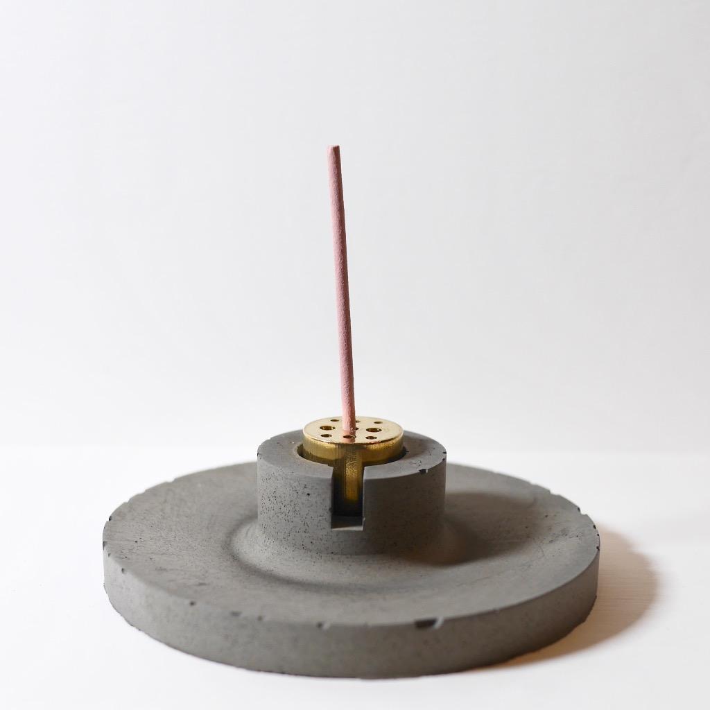水泥x黃銅 線香座   圓盤   深灰