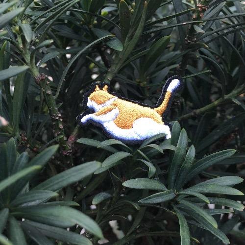 黃白萌貓 刺繡 胸針 襟針